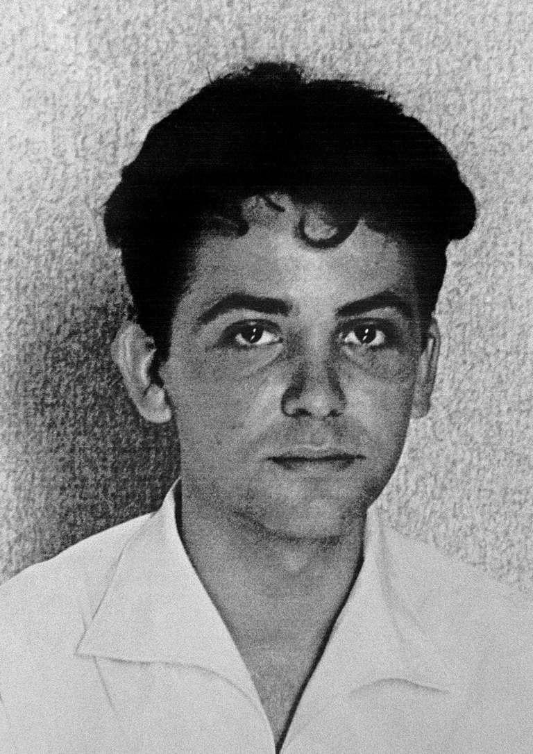 Maurice Audin (photo non datée), assistant de mathématiques à la faculté d'Alger et membre du Parti communiste algérien, disparut après son arrestation, probablement par des parachutistes du général Jacques Massu, le 11 juin 1957, pendant la bataille d'Alger.