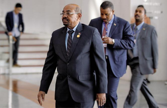 Omar Al-Bachir, président du Soudan depuis 1989, est sous le coup d'un mandat d'arrêt lancé par la CPI pour génocide, crimes contre l'humanité et crimes de guerre au Darfour.
