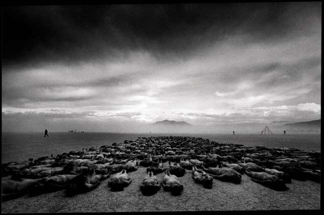 En 2000, au Burning Man, des centaines de personnes posaient nues pour le photographe Spencer Tunick.