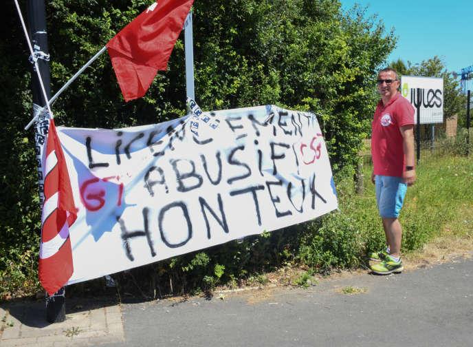 Des syndicalistes bloquent l'entrepôt de la marque Jules, à Wattrelos (Nord),le 2 juillet, pour protester contre le plan social proposé par le groupe Happychic.