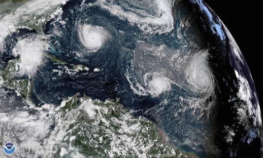Sur cette image satellite du 11 septembre, on distingue au-dessus de l'océan Atlantique les tempêtes Florence (en haut à gauche), Isaac (au centre) et Helene (à droite).