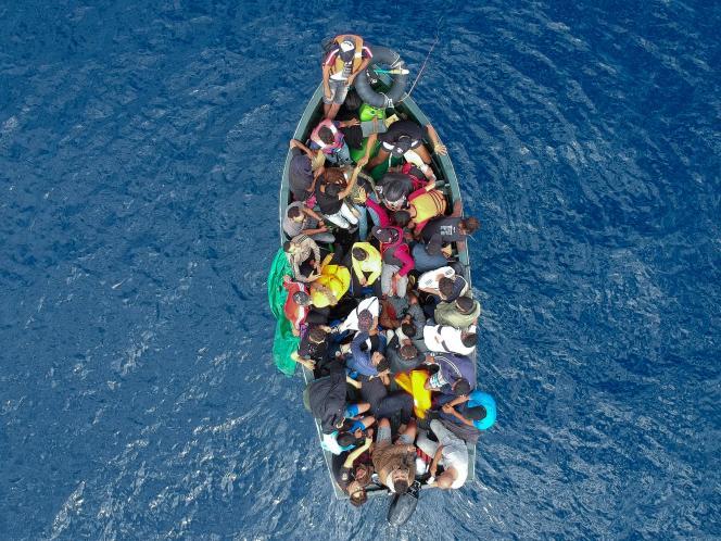 Un bateau de migrants attendant le secours dela Garde civile espagnole, au large de Gibraltar, en Méditerrannée, le 8 septembre.