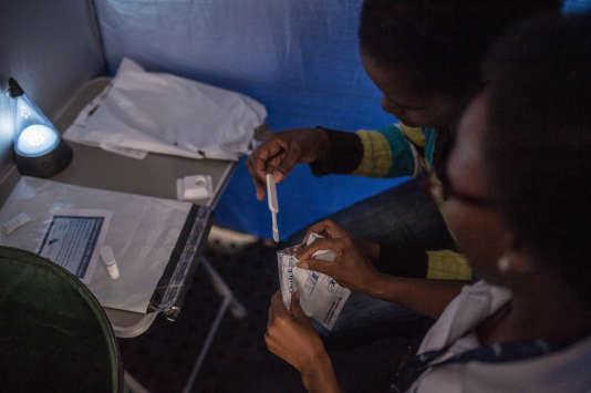 Un étudiant explique le fonctionnement d'un test de dépistage du VIH, à Johannesburg, en mars.