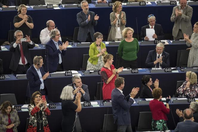 «Le Parlement européen a approuvé à plus de deux tiers –la majorité requise– le rapport de l'eurodéputée néerlandaise Judith Sargentini pour engager une procédure contre la Hongrie. » (Les députés européens applaudissent, à Strasbourg, Judith Sergentini, au centre, en vert, le 12 septembre.)