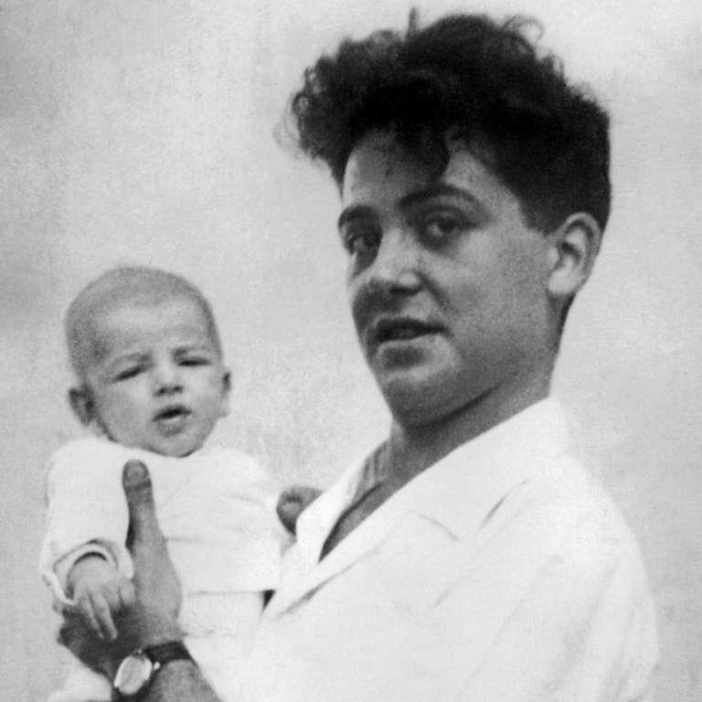 Maurice Audin avec un des ses trois enfants (photo non datée).