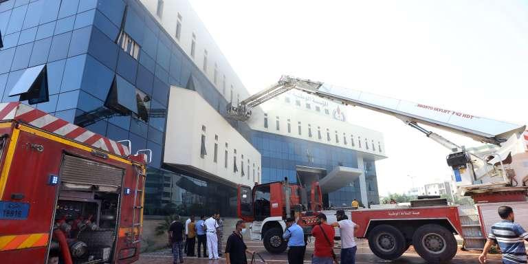 Les services de secours au siège de la Compagnie pétrolière nationale, attaqué par l'EI, à Tripoli, le 10 septembre.