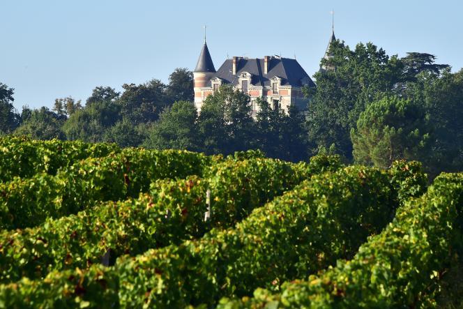 Le château de Sigalas-Rabaud et son vignoble à Bommes, près de Sauternes.