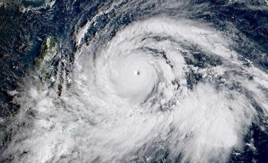 Le typhon Mangkhut progresse dans l'océan Pacifique.