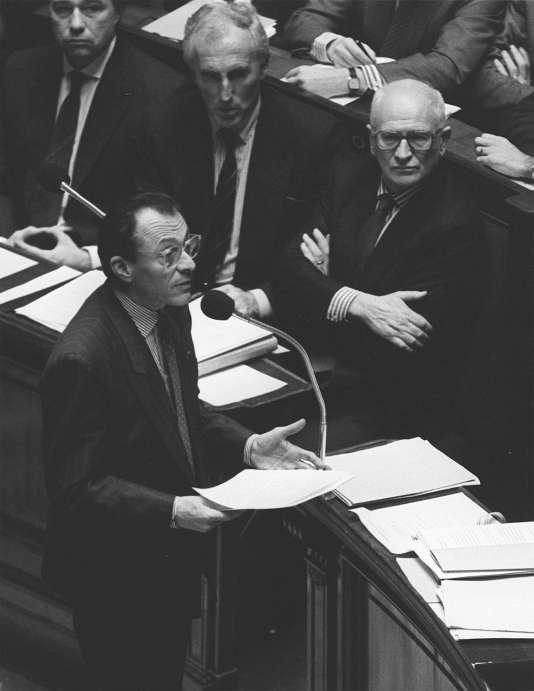 Le premier ministre français Michel Rocard à l'Assemblée nationale, le jour de l'adoption à l'unanimité par les députés du RMI.