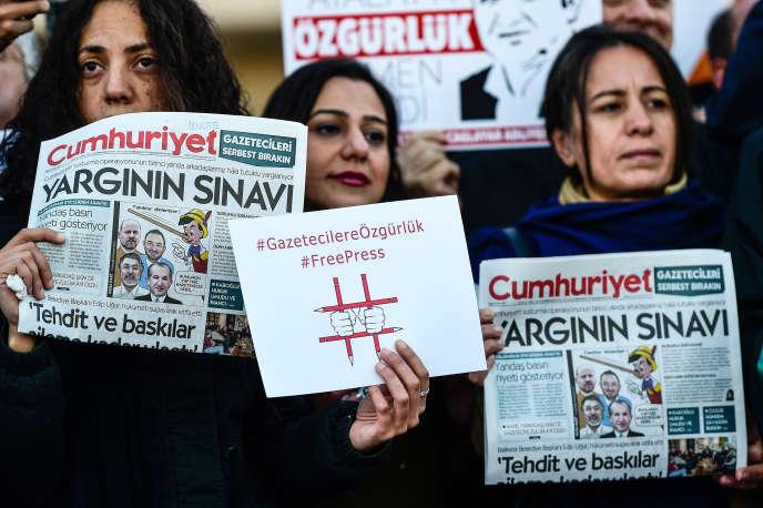 Manifestation pour demander la libération des journalistes du quotidien turc «Cumhuriyet», à Istanbul, en octobre 2017.