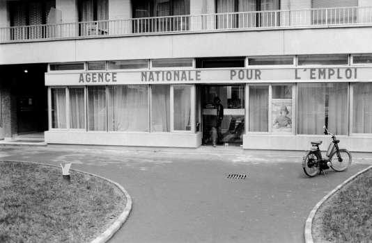 Bureau de l'Agence nationale pour l'emploi, à Boulogne-Billancourt (Hauts-de-Seine), en décembre 1974.