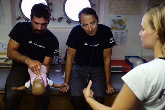 Avant le départ pour leur prochaine mission de sauvetage au large de la Libye, les membres de l'équipage de l'«Aquarius» sont formés aux premiers secours. Marseille, le 12 septembre.