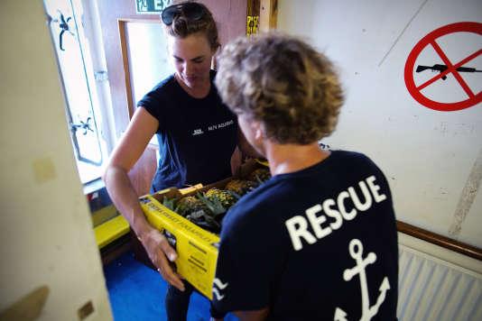 A bord de l'«Aquarius» lors d'une livraison de nourriture en prévision de la prochaine opération de sauvetage en mer. Marseille, le 11 septembre 2018.