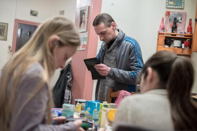 Guillaume, à Denain (Nord) : avec sa femme et leurs quatre enfants, ils viventavec 1100 euros par mois.