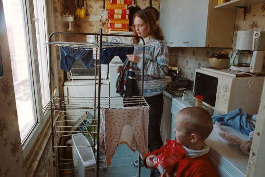 A Cayeux-sur-Mer (Somme), en août 2013, Magdalena Gueguin et un de ses enfants. Elle et son mari sont tous les deux au chômage.