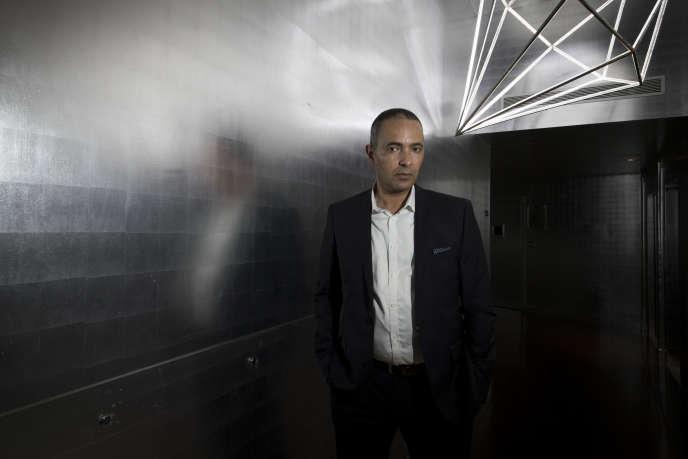 L'écrivain et journaliste algérien Kamel Daoud pose à Paris, le 14 avril 2016, après avoir reçu le prix Jean-Luc Lagardère du journaliste de l'année.