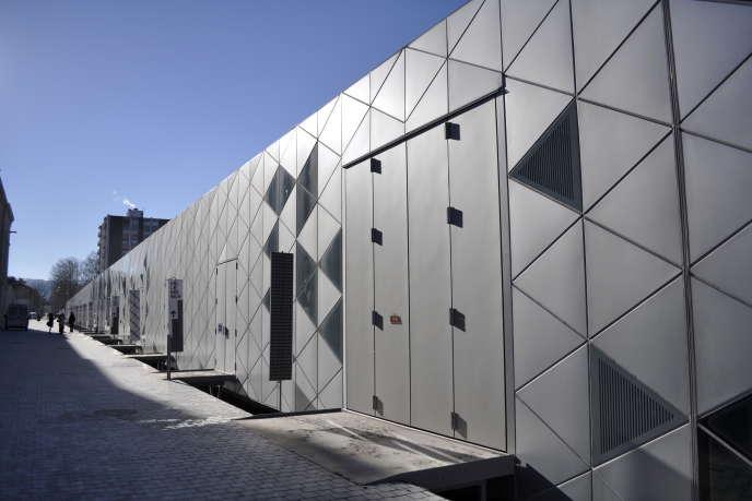 Implantée au sein de l'ancienne manufacture d'armes de Saint-Etienne, la Platine de la Cité du design a été livrée en 2009par les architectes allemands Finn Geipel et Giulia Andi.