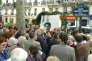 Josette Audin (D, face), veuve de Maurice Audin (photo, C), mathématicien et militant du parti communiste algérien, assiste le 26 mai 2004 à Paris, à l'inauguration d'une place au nom de son mari, dans le 5e arrondissement. M. Audin avait disparu à Alger après avoir été arrêté et emmené à la villa El Biar par des militaires français en 1957. Tout porte à croire que l'universitaire anti-colonialiste avait été torturé, ainsi que l'ont rapporté plusieurs témoins. AFP PHOTO JEAN AYISSI Josette Audin (R, facing), widow of Maurice Audin (photo, C), mathematician and militant of the Algerian Communist Party, attends 26 May 2004 in Paris, the inauguration of a square bearing his name. Maurice Audin disappeared in Algiers after being arrested by French soldiers in 1957. AFP PHOTO JEAN AYISSI / AFP PHOTO / JEAN AYISSI