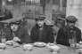 Soupe populaire municipale pour chômeurs dans l'église de Rouen (Seine-Maritime), en 1932.