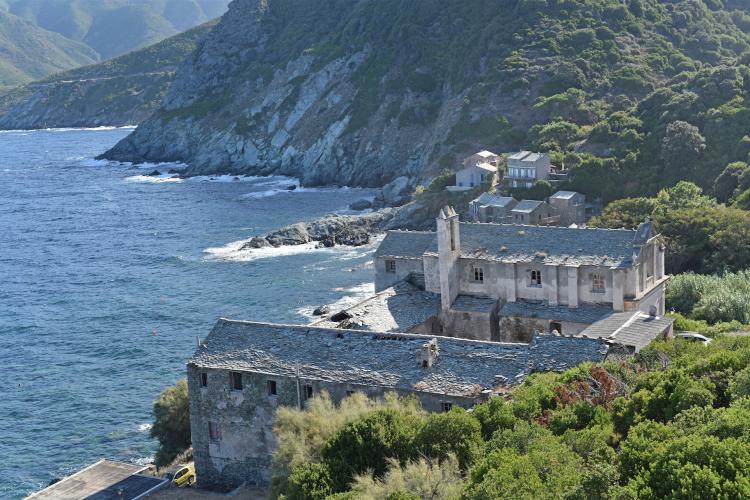 Le couvent Saint-François à Pino (Haute-Corse). Sa chapelle renferme une fresque, un chemin de croix, une chaire et des stalles duXVIIesiècle.