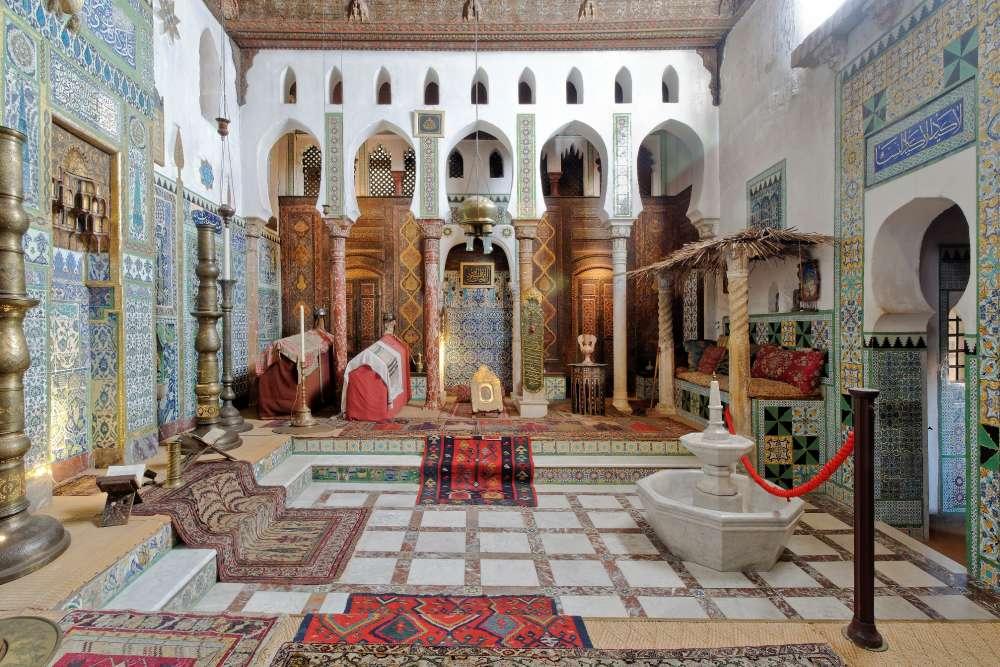 La« mosquée» située dans la maison de Pierre Loti, à Rochefort (Charente-Maritime). Ce musée municipal est la maison d'enfance de l'écrivain Julien Viaud, plus connu sous son nom dePierre Loti. Celui-ci a passé une grande partie de sa vie à transformer sa maison natale en un lieu théâtral, où il se mettait en scène lors de fêtes mémorables.