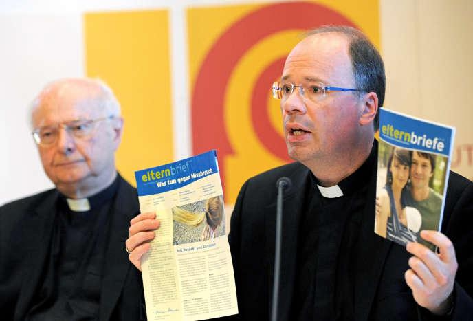L'évêque de Trèves, Stephan Ackermann, présente une brochure sur les abus sexuels, lors de la conférence épiscopale de 2010, à Fulda.