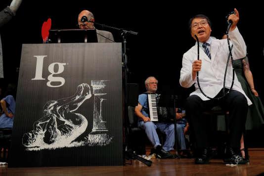 Le chercheur japonais Akira Horiuchi fait une démonstration de son travail sur l'autocoloscopie, qui lui a valu de recevoir l'Ig Nobel de l'éducation médicale, jeudi 13 septembre à l'université Harvard.