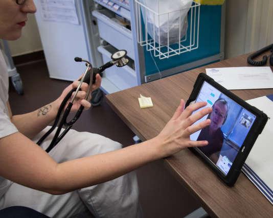 Une infirmière lors d'une consultation de télémédecine, à l'Ehpad de Souilly (Meuse), le 16 janvier.