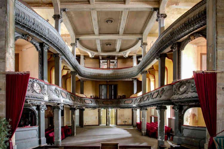 A l'intérieur du Théâtre des Bleus de Bar, à Bar-le-Duc dans la Meuse. Inauguré en 1902 sous le nom de «Nouveau Théâtre», il a accueilli plusieurs troupes importantes, notamment les célèbres tournées Frédéric Achard et Chataignié, qui faisaient les beaux jours des théâtres parisiens.