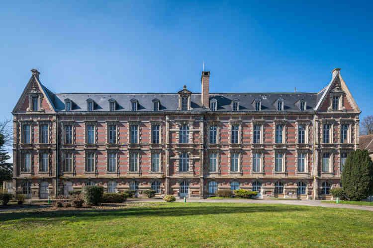L'hôtel-Dieu de Château-Thierry, dans l'Aisne.Aujourd'hui visitable, ce musée retrace au travers de ses dix-huit salles toute l'histoire hospitalière du site depuis sa fondation par la reine de France Jeanne de Navarre, épouse de Philippe IV le Bel.