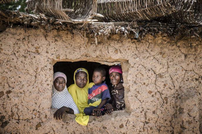 Un famille nigérienne à Dargué, dans la région de Maradi, en août 2018.