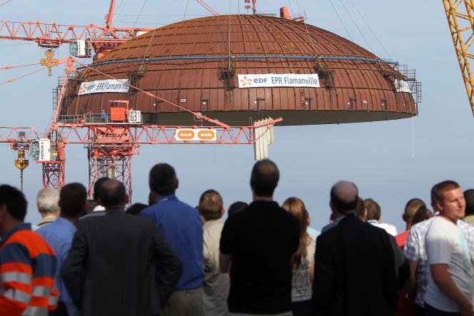 L'installationdu dôme de l'EPR de Flamanville (Manche),le 16 juillet 2013.