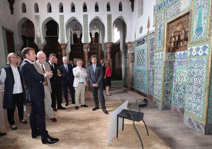 Le président Macron et Stéphane Bern (à droite) dans la maison de Pierre Loti à Rochefort, le 14 juin 2018, l'un des18 sites « emblématiques » qui figureront sur les billets du loto du patrimoine.