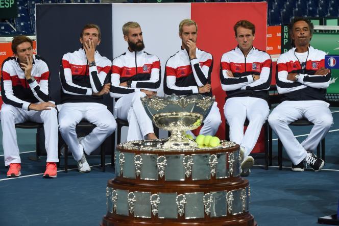 L'équipe de France devant sa chère Coupe Davis, le 13septembre àVilleneuve-d'Ascq (Nord).