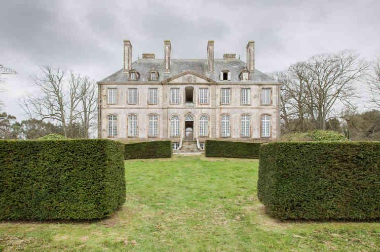Le château de Carneville dans la Manche, coté jardin.Précédé d'une vaste cour d'honneur de 26mètres de long, il couvre 900m2, auxquels il faut ajouter 2000m2de dépendances et un parc de7ha.