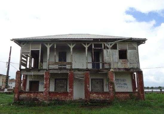 La Maison du receveur des douanes à Saint-Laurent-du-Maroni, en Guyane.L'ensemble de la maison est dans un état de dégradation avancée, l'étage de la maison ayant été partiellement incendié.