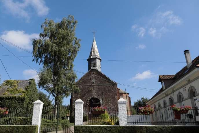 L'église de Quilen « menace ruine », comme on dit pudiquement. Le passage des tempêtes a laissé des cicatrices sur la toiture, qui ne demande qu'à perdre quelques ardoises supplémentaires.