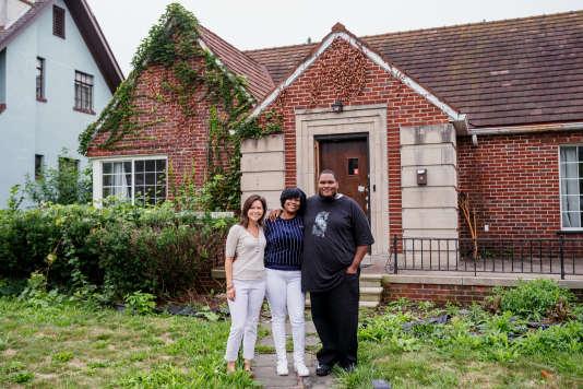 მიშელ ობერჰოლცერი, მიშელ ბერი და მისი ვაჟი კლარკი თავიანთ სახლთან ერთად მოახერხა დეტროიტის, მიჩიგანის, 13 სექტემბერს.