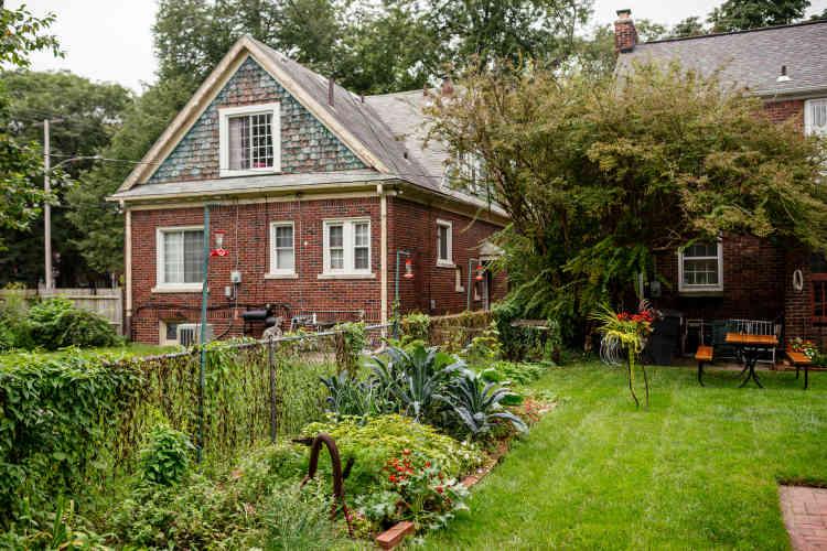 Un potager pris sur une partie de la pelouse d'une maison à Detroit.