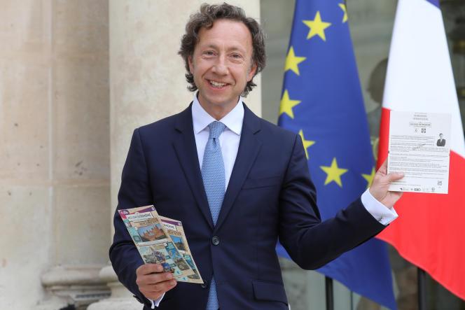 Stéphane Bern avec des billets pour le loto du patrimoine à l'Elysée à Paris, le 31 mai 2018.