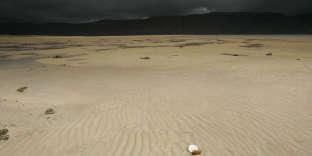 Plage de sable sous l'orage, au nord de l'Islande.