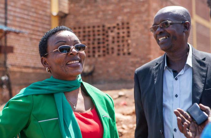 L'opposante rwandaise Victoire Ingabire (ici avec son avocat), juste après sa sortie de prison, à Kigali, le 15 septembre 2018.