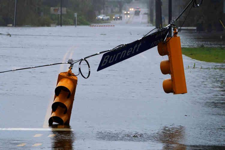 La tempête Florence, qui a déjà fait au moins 13 morts sur la côte atlantique américaine, menace toujours de faire des ravages au cours du week-end en raison des «quantités monumentales» de pluie qu'elle charie et des inondations qu'elle provoque, selon les autorités qui ont averti les habitants évacués de ne pas tenter de rentrer chez eux.