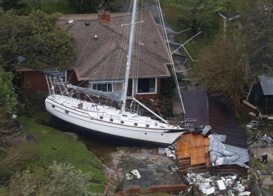A New Bern, en Caroline du Nord, un voilier a été projeté contre une maison lors du passage de Florence, le 15 septembre.