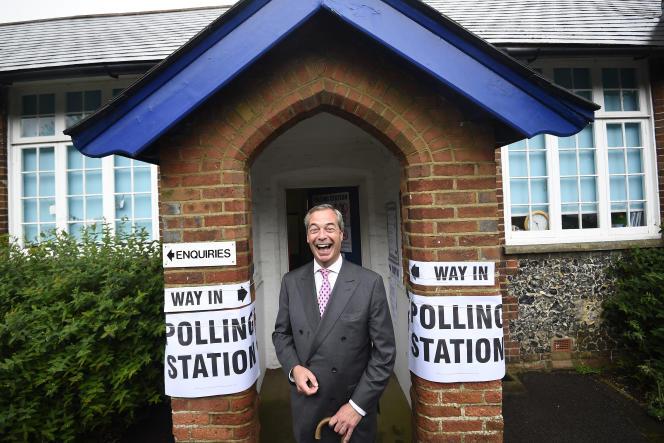 Nigel Farage, alors leader du UKIP, devant un bureau de vote, lors du référendum sur la sortie de la Grande-Bretagne de l'Union européenne, à Biggin Hill, le 23 juin 2016.