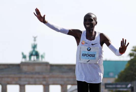 Dimanche 16 septembre, le Kényan Eliud Kipchoge a pulvérisé le record du monde en remportant le marathon en deux heures, une minute et 40secondes.