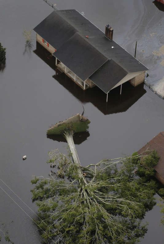 Un arbre déraciné et un maison inondée à New Bern, en Caroline du Nord, le 15 septembre.