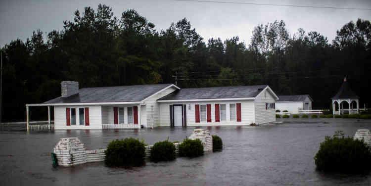La dépression «déverse des quantités monumentales de pluie», a mis en garde Roy Cooper, le gouverneur de Caroline du Nord, l'Etat le plus durement frappé.«Toutes les routes de l'Etat peuvent être inondées».