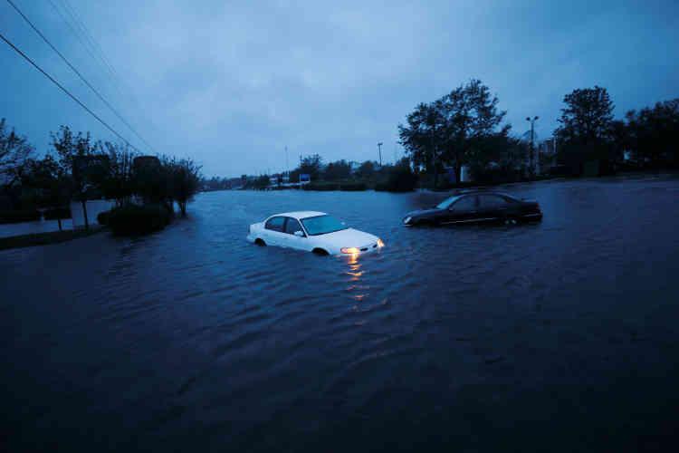 La tempête « va provoquer des inondations catastrophiques sur des zones de Caroline du Nord et de Caroline du Sud pendant encore quelque temps », a averti un responsable de l'Agence nationale océanique et atmosphérique (NOAA), Steve Goldstein, en raison notamment du caractère « lent, presque à l'arrêt » de la tempête.