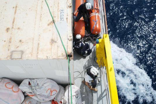 A bord de l'Aquarius, le 16 septembre 2018. Le bateau s'est équipé d'un container réfrigéré dans le cas où des corps sans vie seraient retrouvés en mer.